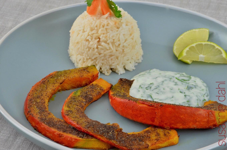 Gewürzte Kürbisschnitze mit Joghurt-Dip und Basmati-Reis.