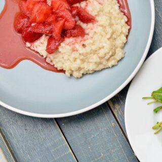 Milchreis mit Erdbeeren und Vorspeisensalat