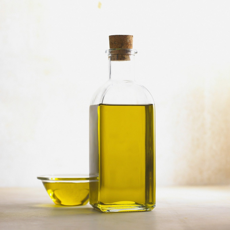Ölflasche mit reinem, naturbelassenem Öl