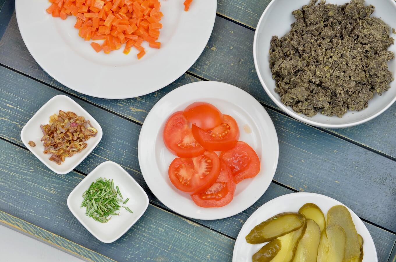 Tomaten, Linsenmus, karamellisierte Möhren, Gurken, Röstzwiebeln und Rosmarin - die Zutaten.